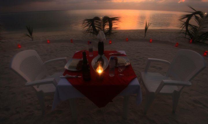 dive villa thodoo guest house maldives ОРЕл И РЕШКА ПО МОРЯМ ДАЙВ ВИЛЛА ТОДДУ МАЛЬДИВЫ romantic wedding beach picnic night candles honeymoon свадебное путешествие романтик ужин свечи берег пляж